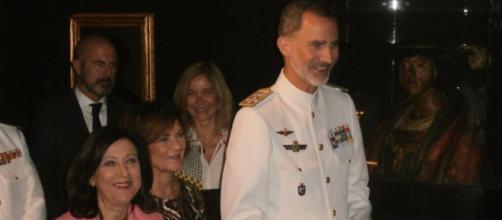 Con evidente satisfacción, el Rey inaugura la exposición 'Fuimos los primeros' acompañado de autoridades.