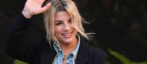 La celebre cantante Emma costretta a fermarsi per un problema di salute: ondata di affetto e sostegno da parte di colleghi e fan.