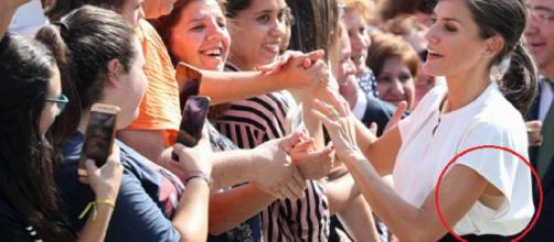 Letizia, saludando a los ciudadanos con los brazos alzados. / GTRES