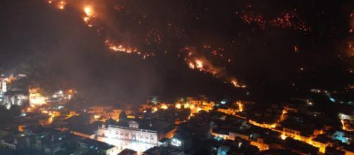 Sarno, incendio sul monte Saretto: cittadini evacuati e scuole chiuse