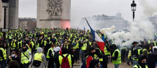 Gilet gialli, a Parigi di nuovo proteste e scontri sugli Champs-Elysees