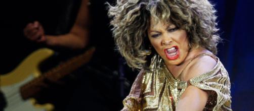 Turner superou as adversidades e violências e se tornou uma das principais cantoras do show business após os 40 anos. (Arquivo Blasting News))