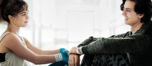 """Haley Lu Richardson e Cole Sprouse em """"A Cinco Passos de Você"""". (Arquivo Blasting News)"""