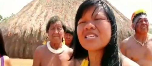 Yasani Kalapalo fala sobre queimadas enquanto grava vídeo na aldeia. (Reprodução: Facebook)