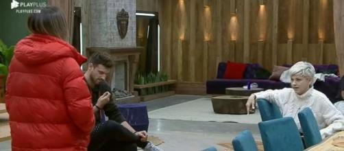 Tati e Andréa brigam por causa de afazeres domésticos. (Reprodução/Record TV)