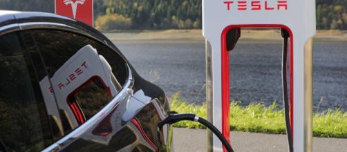 Tesla : Elon Musk veut créer des batteries capables de tenir 1,5 ... - journaldugeek.com