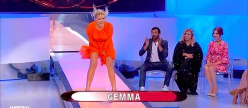 Uomini e Donne: Gemma impersona la Monroe durante la sfilata di moda