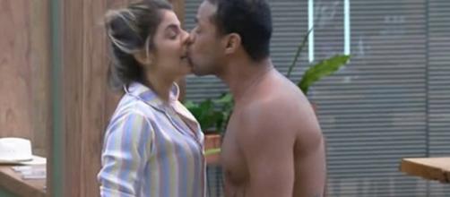 Beijo em Hariany causa polêmica. (Reprodução/ Record)