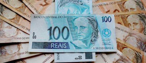 Dinheiro pode ser retirado pelos correntistas do banco. Quem não tem conta saca em outubro. (Arquivo Blasting News)