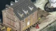 Novo proprietário de mansão nos EUA transfere o imóvel para outro lugar, usando uma balsa