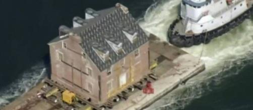Mansão do século XVIII sendo levada pelo mar e fincada sobre balsa nos Estados Unidos. (Reprodução/BBC)