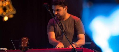 Hebert Neri em performance com seu piano digital