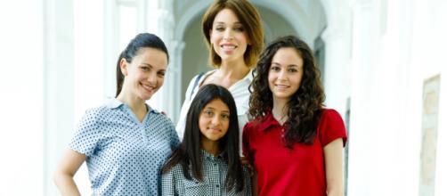 La famiglia Parisi al gran completo: Rosaria (Titti Nuzzolese), Mia (Ludovica Nasti), Carla ( Vittoria Schisano) e Alex (Maria Maurigi)