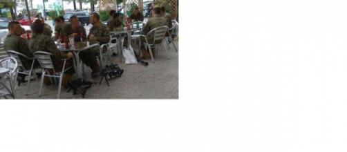 La foto polémica de los militares tomando cerveza viralizada por Rufián