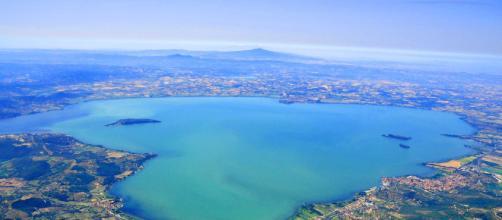Lago Trasimeno e Isola Polvese che si trasforma in isola di Einstein.