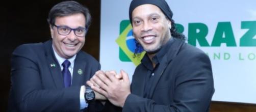 Ronaldinho Gaúcho posa com presidente da Embratur, Gilson Machado Neto.(Divulgação/Embratur)