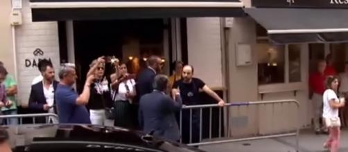 Revilla, regañando al empleado de un bar que insultó a Sánchez. / EL MUNDO