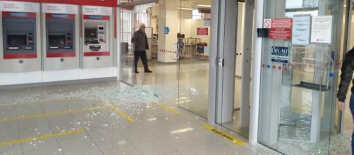 Vidros da agência ficaram estilhaçados. (Divulgação/Gabriel Souza/Bombeiro Comunitário de Blumenau)