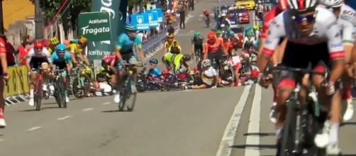 La caduta avvenuta all'ultimo chilometro della tappa di Oviedo