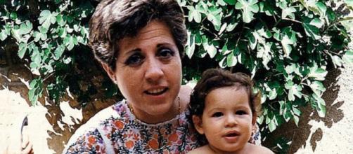 Carmen Tagle, con uno de sus sobrinos, en agosto de 1989, un mes antes de ser asesinada por ETA. / El Mundo