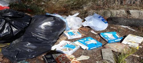 Tuturano, cumuli di spazzatura vicino al campo sportivo