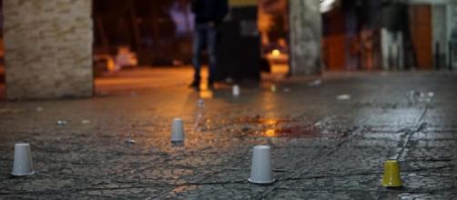 Napoli, omicidio a Scampia: corpo senza vita di un uomo trovato nel bagagliaio di un'auto