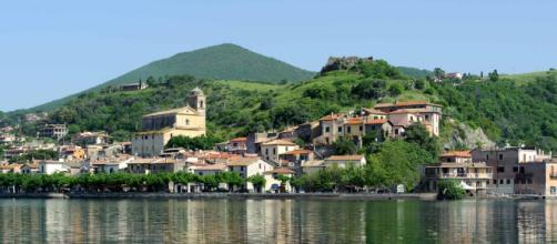 Vista di Trevignano Romano dal lago