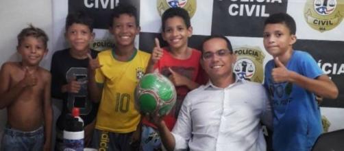 Crianças dão queixa de vizinha que pegou a bola delas e ganham bola nova. (Arquivo Blasting News)