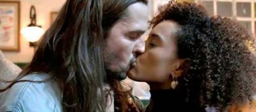 Em cena de 'Amor de Mãe', Davi e Vitória em beijo romântico. (Reprodução/TV Globo)