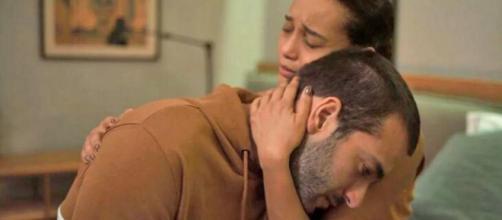 Vitória abraça Sandro em 'Amor de Mãe'. (Divulgação/Globo)