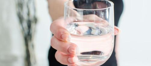 Beber agua durante el día es necesario para prevenir la deshidratación.