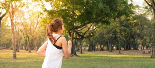 Para quem não pratica exercícios, uma dica é aumentar gradualmente o número de passos em uma caminhada. (Reprodução/ Pixabay)