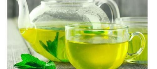 Un consumo regolare di tè verde, non bollente, ha effetti benefici sulla salute.