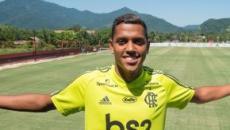 Pedro Rocha se apresenta no Flamengo e chora ao fazer declaração: 'emoção muito grande'