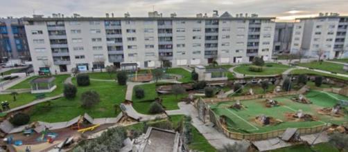 Spagna: crolla un parco giochi e sprofonda nel parcheggio sottostante, per ora nessuna vittima