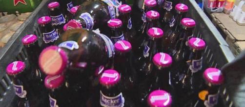 Vigilância Sanitária recolhe cervejas de lote investigado com substância possivelmente tóxica. (Reprodução/TV Globo)