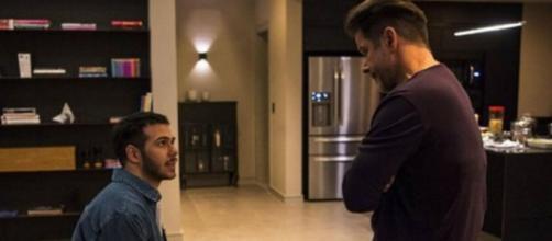 Vinícius pedirá perdão ao pai, Raul, em cena de 'Amor de Mãe'. (Reprodução/TV Globo)