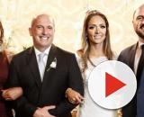 Amanda (à esquerda) posa com o casal Onyx e Denise na cerimônia de casamento. (Arquivo Pessoal)