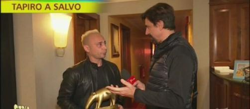 Salvo Veneziano riceve il tapiro da Valerio Staffelli di Striscia la notizia.