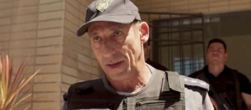 Tuca Andrada em cena como o policial corrupto Belizário em 'Amor de Mãe'. (Reprodução/TV Globo)