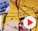 Matteo Salvini mostra il quotidiano la Repubblica con il titolo che non ha gradito.