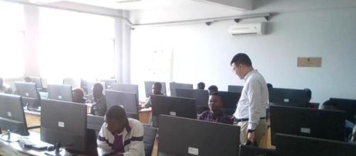 Les étudiants lors des tests pour Huavei ICT Compétition à ENSP (c) Odile Pahai