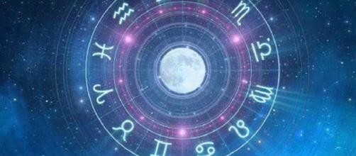 L'oroscopo di domani 17 gennaio: Leone positivo, opportunità per Vergine
