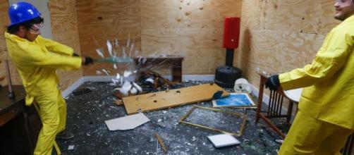 Napoli, apre la prima 'Rage Room' del sud Italia: distruggi tutto per sfogare la rabbia