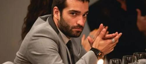 Sandro (Humberto Carrão) durante o jantar da PWA; personagem de 'Amor de Mãe' reconheceu o irmão. (Reprodução/TV Globo)