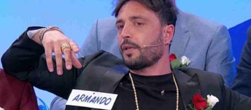 Uomini e Donne, Maria De Filippi in pressing su Armando Incarnato in merito alla presunta fidanzata: 'Vieni qui con lei'.