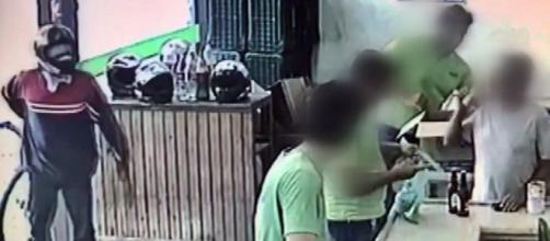 Vítimas nem deram atenção ao homem que praticava o assalto (reprodução EPTV).