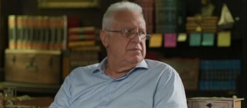 """Alberto em sua biblioteca em cena de """"Bom Sucesso"""". (Reprodução/TV Globo)"""