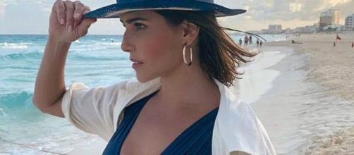 Deborah Secco adere à moda e usa camisa como saída de praia. (Reprodução/Instagram/@dedesecco)