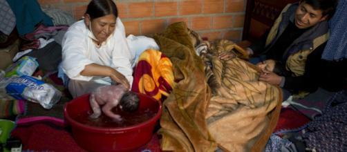 Bolivia suma a parteras a luchar contra mortalidad materna. - americateve.com